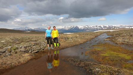 Bryndís og Guðrún Nýbjörg við spegilsléttan poll nálægt háheiðinni. (Ljósm. Sævar Skaptason).