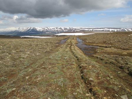 Uppbyggður Þingmannavegur handan við háheiðina.