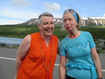 Við Systragil beið Björk aðalbílstjóri eftir Bryndísi og öðrum hlaupurum sem vantaði far til Akureyrar.